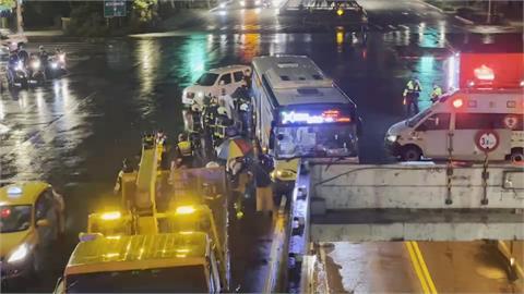 疑司機恍神! 北市公車失控撞橋墩 12名乘客受傷