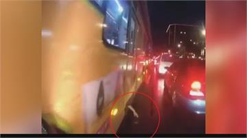 公車門縫伸出一隻手「撿手機」 路過騎士「驚嚇100%」險撞上