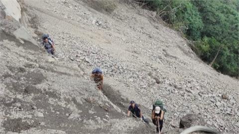 武界林道崩塌 員警冒險營救11名登山客