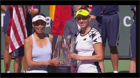 女雙奪冠再戴恐龍頭套受訪 謝淑薇幽默風格獲WTA讚賞
