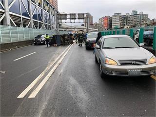 快新聞/台64線小貨車衝到對向車道翻覆 4車追撞3人受傷送醫