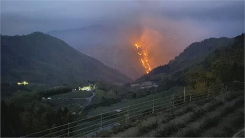 野火燒不盡!嘉義隙頂象山火燒山    燃燒0.4公頃 遠眺宛如火龍