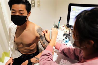 快新聞/林昶佐打AZ疫苗 網歪樓「一身肌肉逼死誰啊」