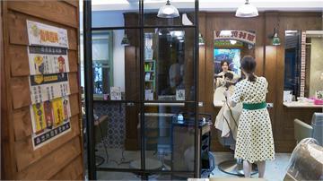 理髮廳飄復古風!顧客上門「穿越」回到50年代