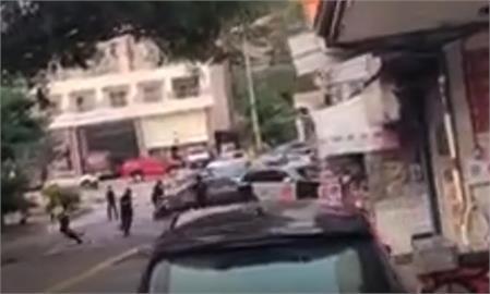 快新聞/南投山老鼠180度大甩尾衝撞! 警開2槍逮捕1嫌、同夥跳山谷逃逸