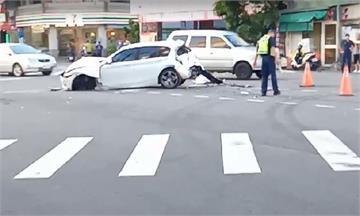 快新聞/台中遊覽車在派出所前撞2機車1轎車 車頭尾凹陷、4人輕傷送醫