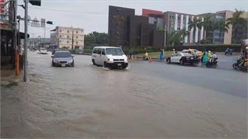 不意外....樹德科大前大雨必淹 橫山路水淹半個輪胎高 車輛拋錨