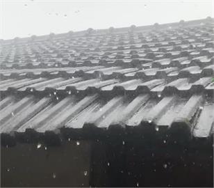 快新聞/苗栗、台南下午突降冰雹 民眾開心拍照留念:超像玻璃珠