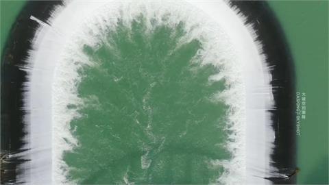 滿出來了!梅雨連番轟炸南化水庫 「自然溢流」空拍畫面超震撼