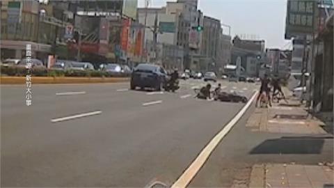 擦撞引發兩起車禍! 機車、單車、汽車撞成一團