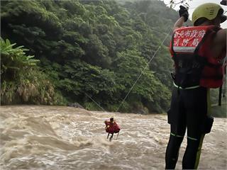 快新聞/好消息! 男子爬山受困八煙野溪邊  30名警消合力救到人