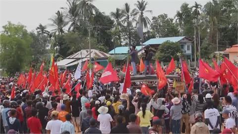 仰光等地「快閃」示威 東北部城鎮壘固煙霧彈攻防