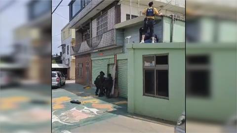 大膽!無懼大批警攻堅破門 持毒擁槍男衝頂樓示威