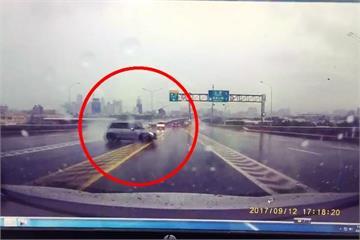 天雨打滑撞護欄 3車國道連環撞釀2傷