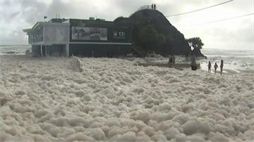 風暴席捲澳洲東岸 黃金海岸出現神奇「泡沫海」