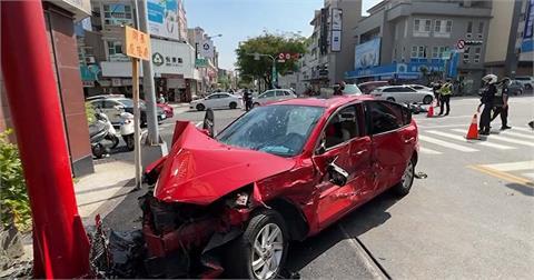 快新聞/台南2車撞成一團「紅色轎車車頭變形」 5人急送醫1女手部骨折