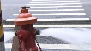 豪雨沖壞地下管線 消防栓不斷吐水