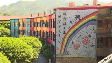新北最新打卡熱點!學校大樓繽紛彩虹會「變色」