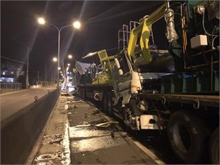 快新聞/台61線3聯結車追撞「車頭全毀」 1人受傷1人無生命跡象