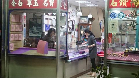 快新聞/苗栗銀樓遭砸! 2歹徒搶走10多兩金飾後逃逸