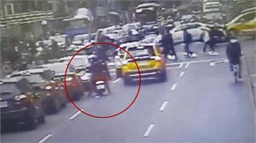 疑遭惡意逼車 騎士當街攔車爆衝突