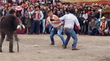 秘魯用「打架」迎新年!廣場公然「釘孤枝」 打完必須擁抱