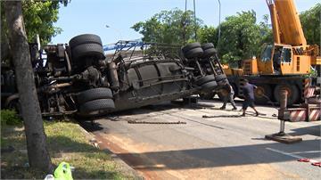 水泥車與小客車對撞翻覆漏油 交通大打結