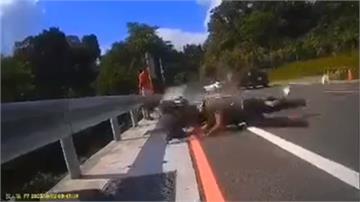 特斯拉跨黃線逆向撞重機 騎士噴飛滾路旁