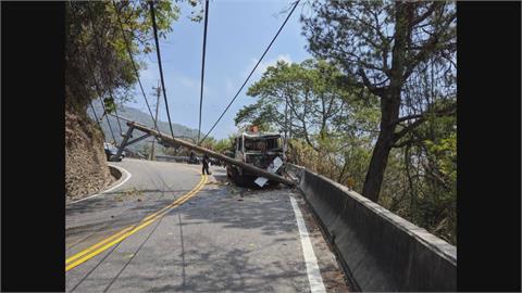 煞車失靈?吊臂車撞斷電桿 合歡山公路回堵3公里