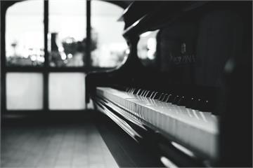 影/車站內的「自動」鋼琴 與旅客互動趣味多