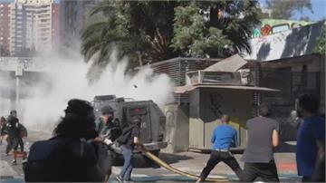 智利反政府示威1週年抗議民眾再爆衝突 放火燒教堂