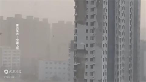 極端氣候變常態? 中國河北暴雨夾冰雹 強風吹飛房屋屋頂