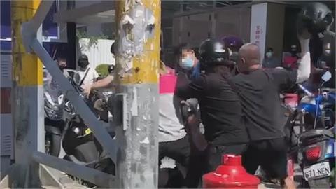 大亂鬥畫面曝!外送員拿安全帽當武器互毆 起因是她「這件事」未道歉