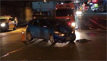 快新聞/台南大灣交流道凌晨車禍意外 小客車煞車不及撞上救護車