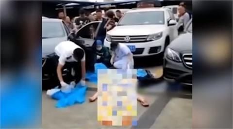 詭異畫面曝光!中國女駕駛倒車「探頭看後方」短短4秒竟把自己撞死