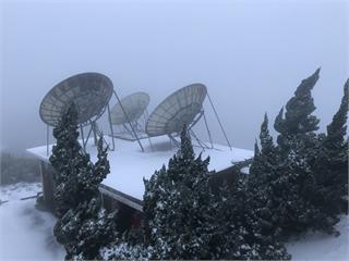 快新聞/海拔逾1000公尺竹子山、七星山也下雪! 無線電視發射站變銀白世界