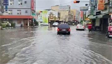 快新聞/台南永康大暴雨路段積水深 機車騎士牽車涉水