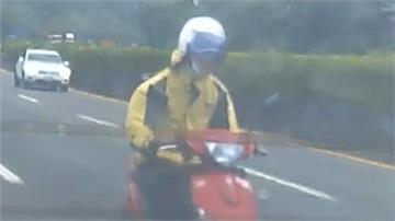 三寶!騎士闖國道跑給警察追「叼菸又蛇行」下場慘 被擦撞再引發連環撞