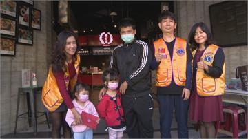 貧困七口之家 平安夜女兒發高燒 年輕爸媽賣嬰兒車應急 行善團伸援手