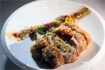 經典粵菜創意新作 芋泥外包玫瑰油雞噴香