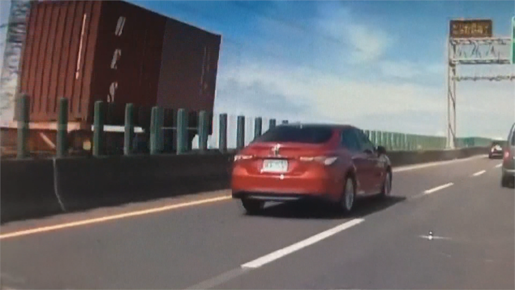 大貨車變換車道不慎 撞轎車轉180度