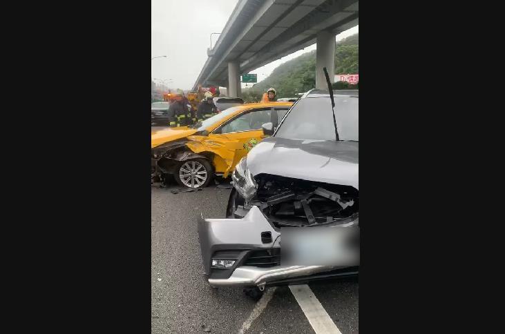 快新聞/國1北向36公里5輛車車禍 1計程車、1自小客車車頭凹陷 乘客還有孕婦!