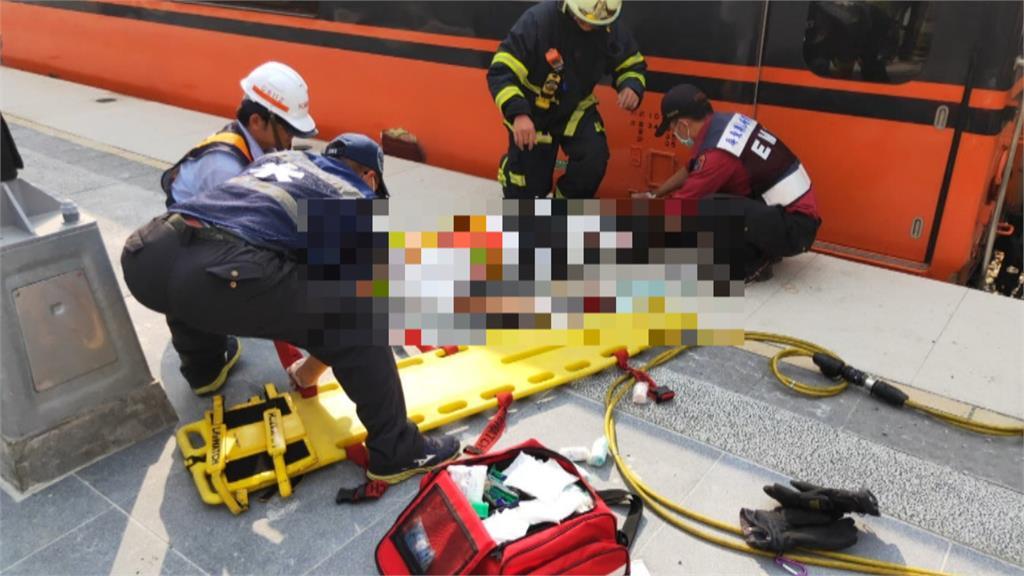 疑手滑失去平衡!屏東南州站工作人員腿被進站列車車廂夾傷