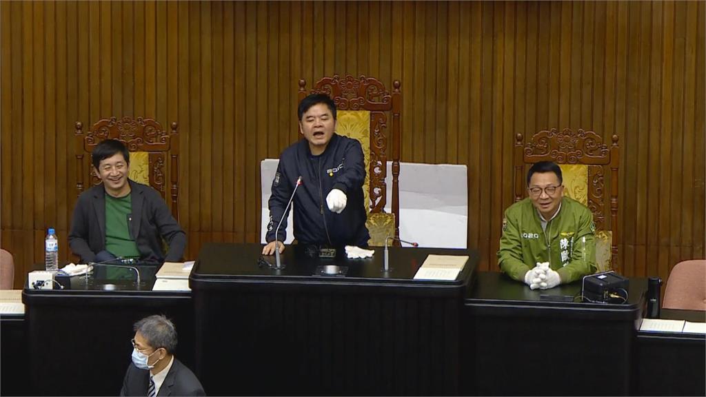 快新聞/民進黨立委佔立院發言台 藍營人馬大喊要進行國是論壇