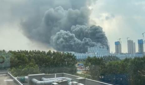 快新聞/華為研發實驗室竄起惡火 火光伴隨黑煙直竄天際