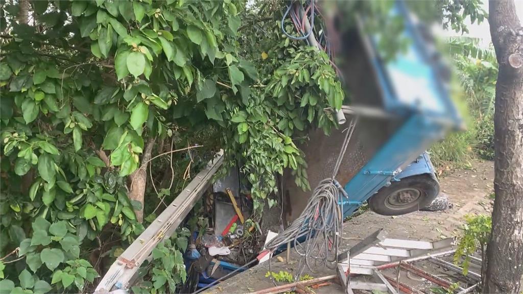 貨車連撞4棵路樹 翻摔 1‧5公尺深樹叢離奇!螺絲還在車輪卻噴飛 原因待查