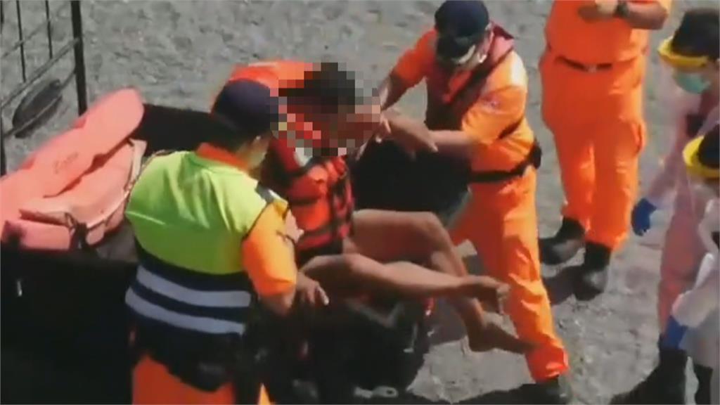 南方澳內埤乘膠筏抓龍蝦落海 海巡緊急救人