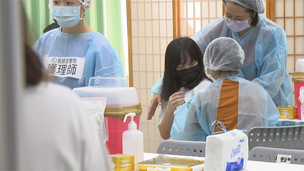 高雄開打BNT「94%中學生願接種」 女學生怕痛...還沒打就哭哭!