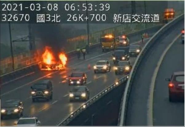 快新聞/國3南向新店匝道口火燒車 車上老夫妻驚險逃出
