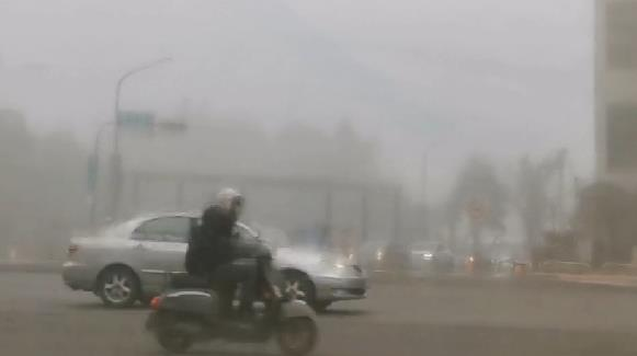快新聞/嘉義市白茫茫能見度僅50M 中南部空氣品質「紅色警示」